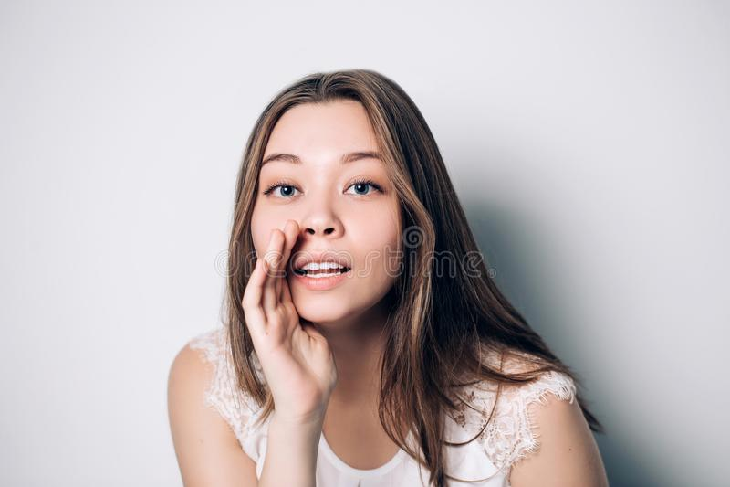 Красивая девушка говоря секрет счастливые детеныши женщины портрета Шептать смешной девушки модельный о что-то стоковое фото rf