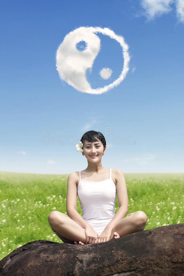 Красивая девушка делая разминку йоги стоковые изображения