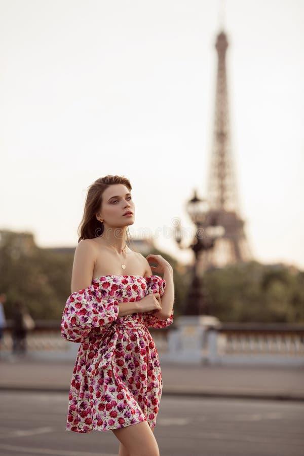 Красивая девушка идет в Париж с взглядом Эйфелевой башни, Францию, лето стоковое изображение