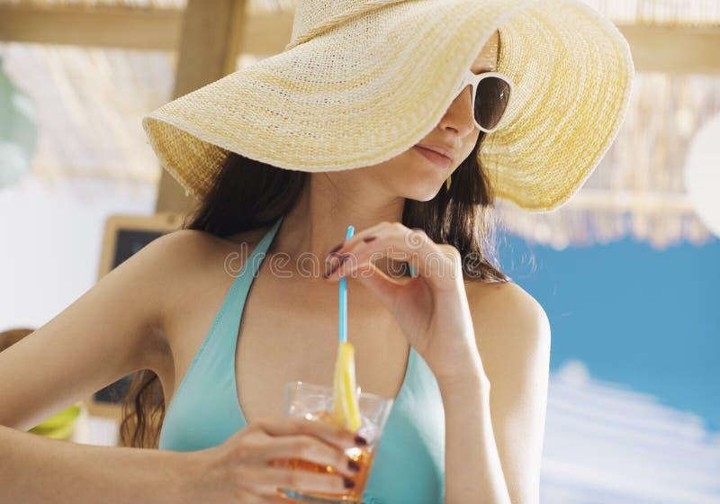 Красивая девушка имея напиток на пляже стоковое изображение rf