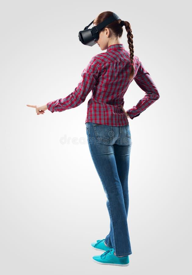 Красивая девушка используя стекла виртуальной реальности стоковое фото