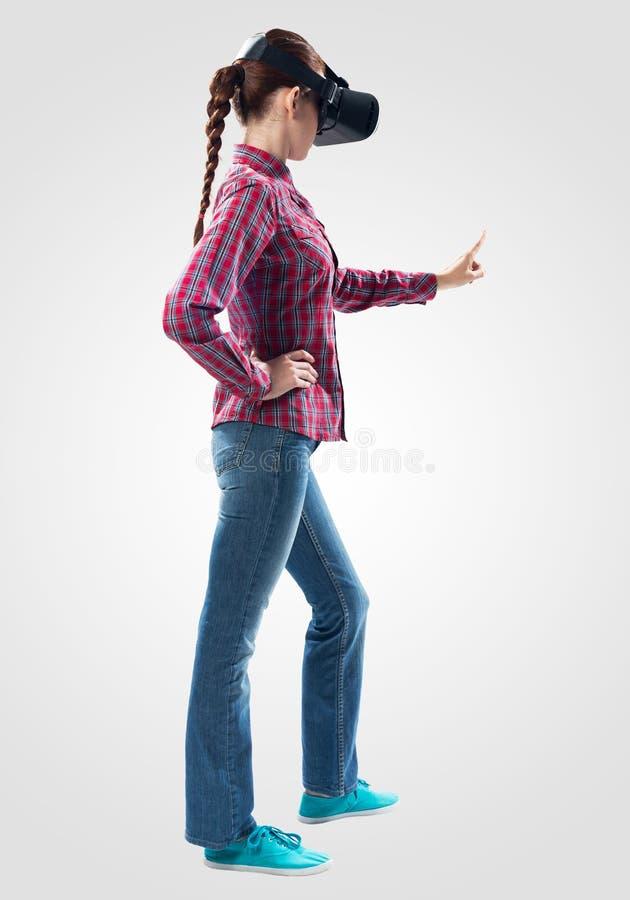 Красивая девушка используя стекла виртуальной реальности стоковая фотография