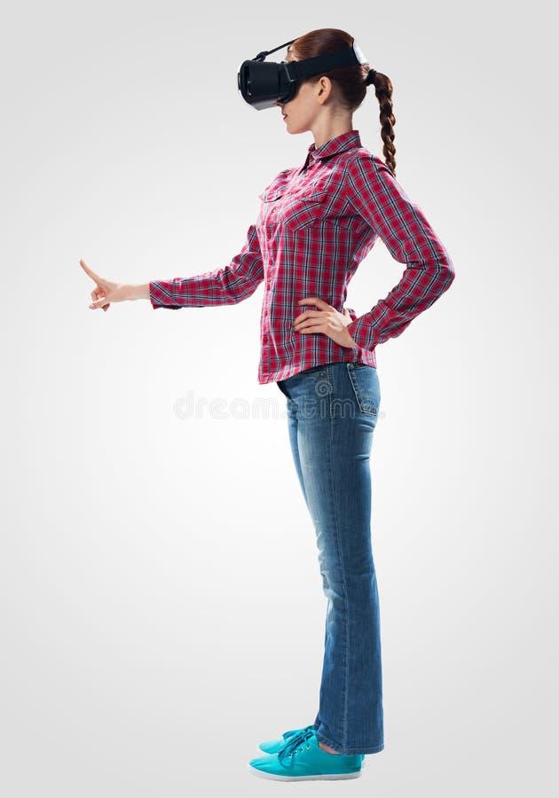 Красивая девушка используя стекла виртуальной реальности стоковые фото