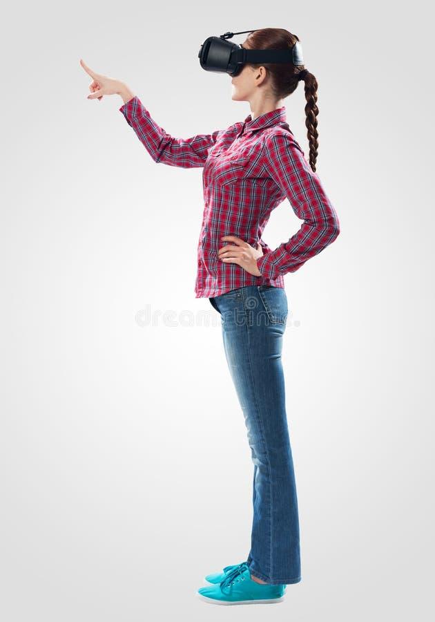 Красивая девушка используя стекла виртуальной реальности стоковые фотографии rf