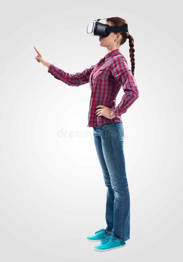 Красивая девушка используя стекла виртуальной реальности стоковое изображение rf