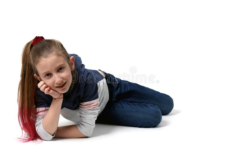 Красивая девушка, 9 лет, на белой предпосылке стоковое изображение rf