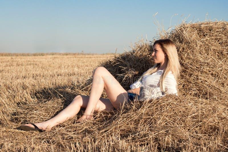 Красивая девушка мечтая в соломе стоковое фото rf