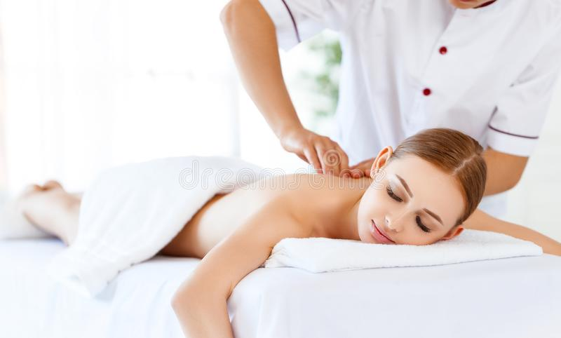 Красивая девушка наслаждается обработками массажа и курорта стоковая фотография rf