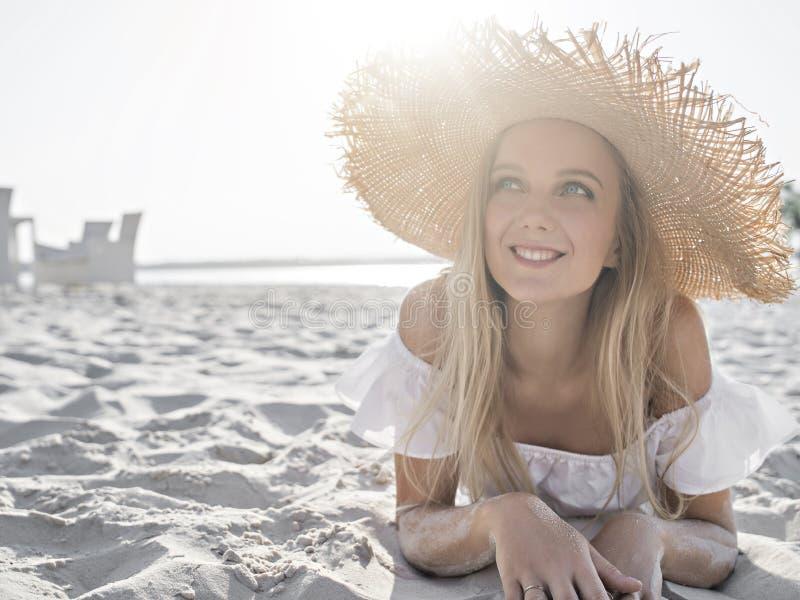 Красивая девушка на пляже стоковая фотография