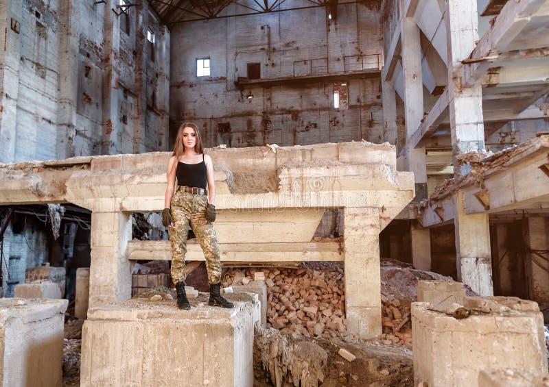 Красивая девушка на руинах стоковые изображения rf