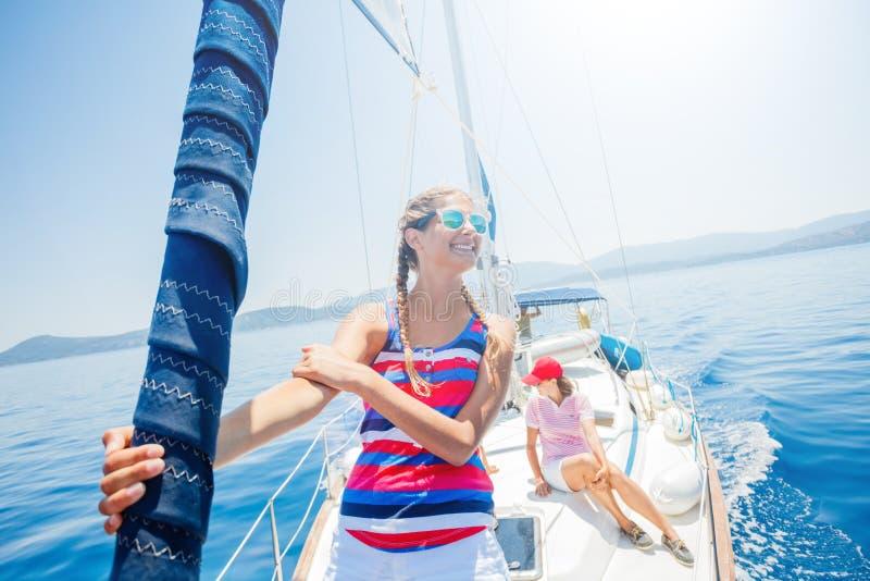 Красивая девушка ослабляя на яхте в Греции стоковые изображения