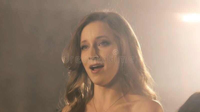 Красивая девушка певицы оперы конец портрета 4k вверх певицы художника стоковое изображение rf