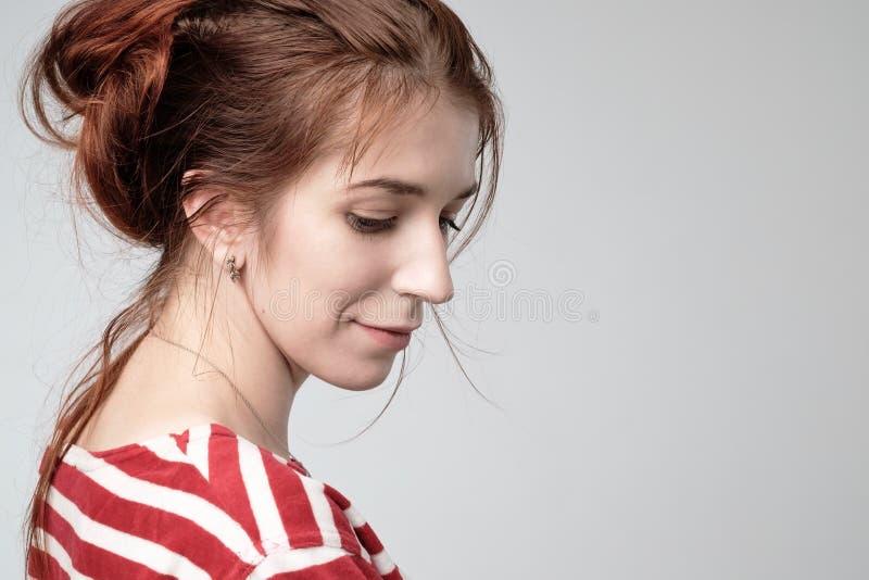 Красивая девушка подростка с красным взглядом со стороны волос стоковая фотография