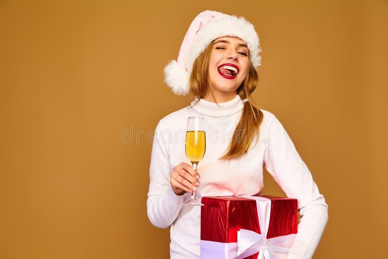 Красивая девушка представляя на золотой предпосылке стоковая фотография