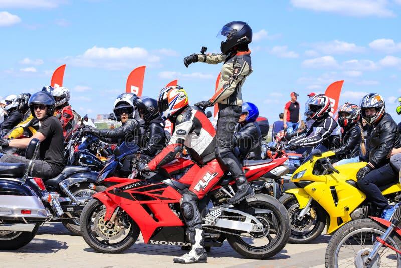 Красивая девушка снимает видео Парни и девушки на дорогих мотоциклах раскрывают сезон мотоцикла Велосипедисты в шлемах стоковые фотографии rf