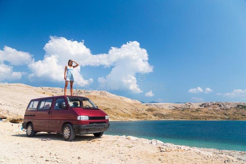 Красивая девушка стоя на фургоне крыши стоковые фото