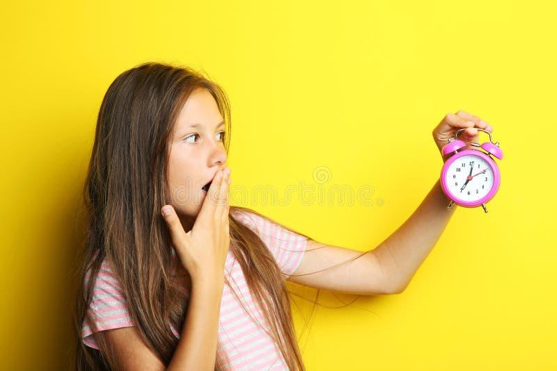 Красивая девушка с будильником стоковые фотографии rf