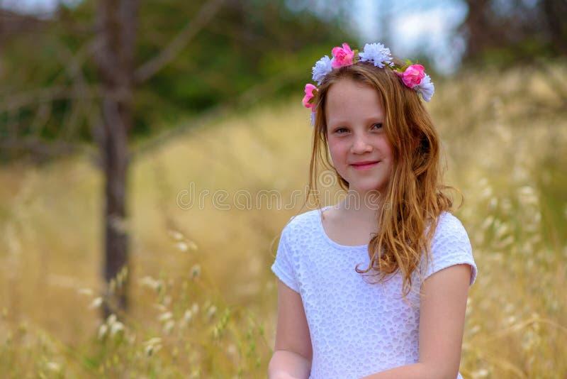 Красивая девушка с венком на ее голове в пшеничном поле стоковые изображения