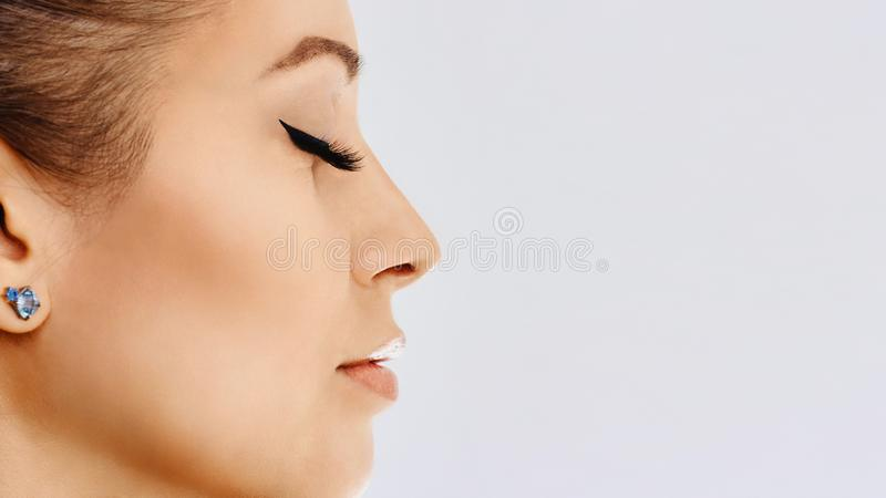 Красивая девушка с длинными ложными ресницами и совершенной кожей Забота расширений, косметологии, красоты и кожи ресницы стоковая фотография
