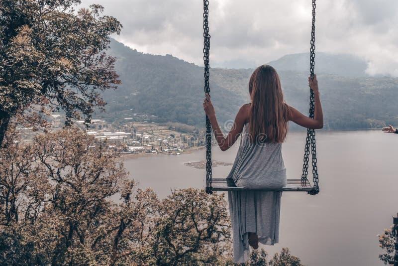 Красивая девушка с длинными темными волосами в элегантный серый представлять платья стоковое фото