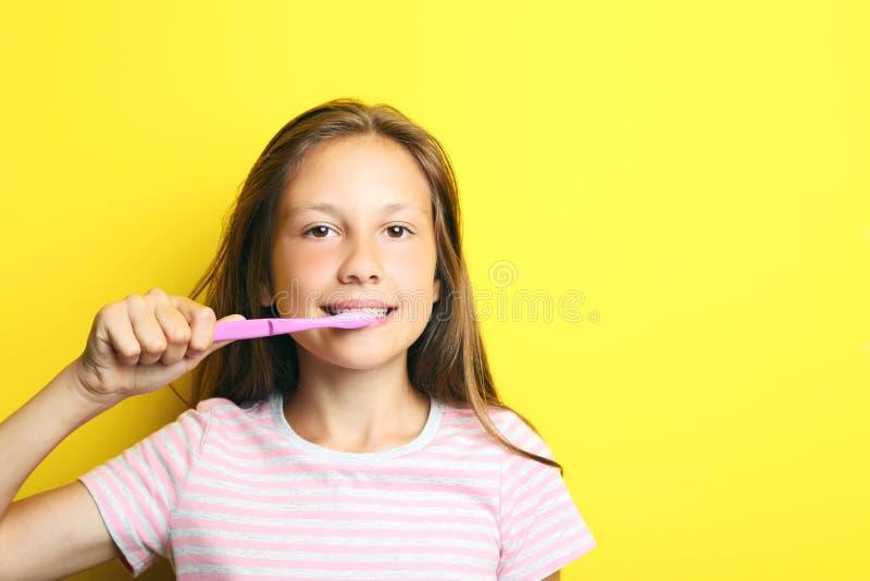 Красивая девушка с зубной щеткой стоковая фотография rf