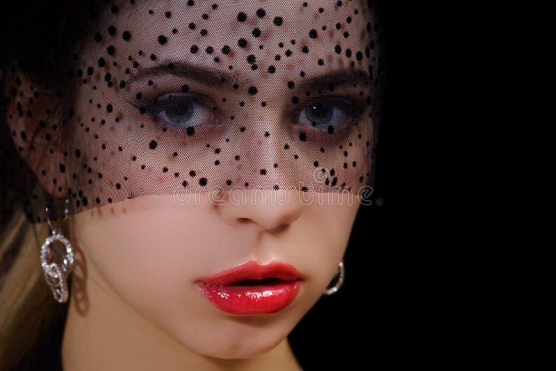 Красивая девушка с макияжем на стороне, девушка в черной шляпе стоковое фото rf