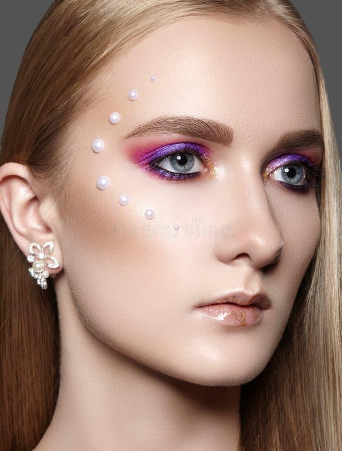 Красивая девушка с профессиональным творческим макияжем Отпразднуйте макияж глаза, идеальные брови, накалите кожа Яркий взгляд мо стоковые изображения rf