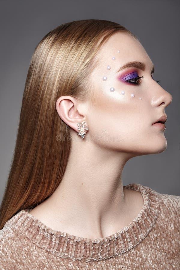 Красивая девушка с профессиональным творческим макияжем Отпразднуйте макияж глаза, идеальные брови, накалите кожа Яркий взгляд мо стоковые изображения