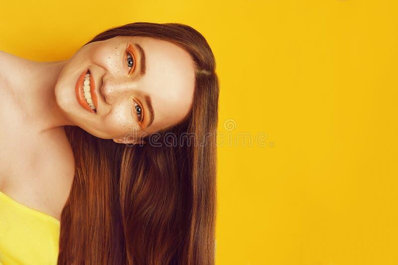 Красивая девушка с сияющими коричневыми прямыми длинными волосами Выправлять кератина Обработка, забота и спа Женщина с оранжевым стоковые изображения
