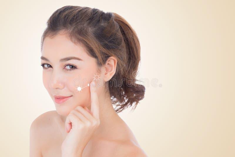 Красивая девушка с составом, концепцией заботы женщины и кожи косметической/привлекательной азиатской девушкой на изолированной с стоковые изображения rf