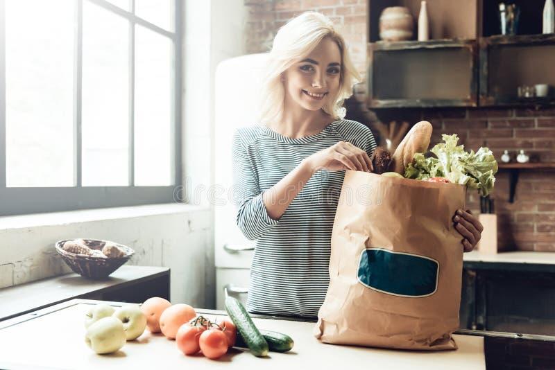 Красивая девушка с сумкой от бакалеи еда здоровая стоковое изображение