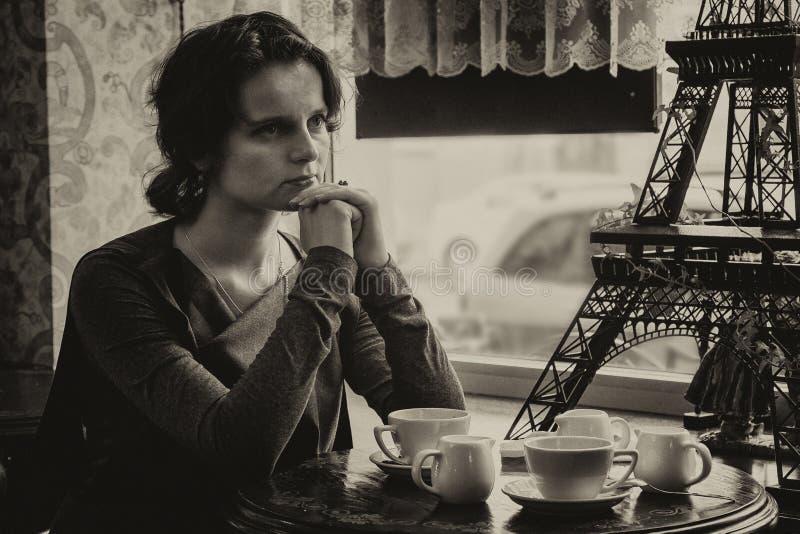 Красивая девушка с чашкой кофе в кафе, с касанием s стоковая фотография