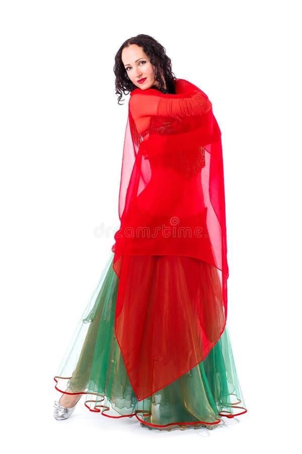 Красивая девушка танца живота в зеленой носке традиционных танцев костюма baladi стоковая фотография