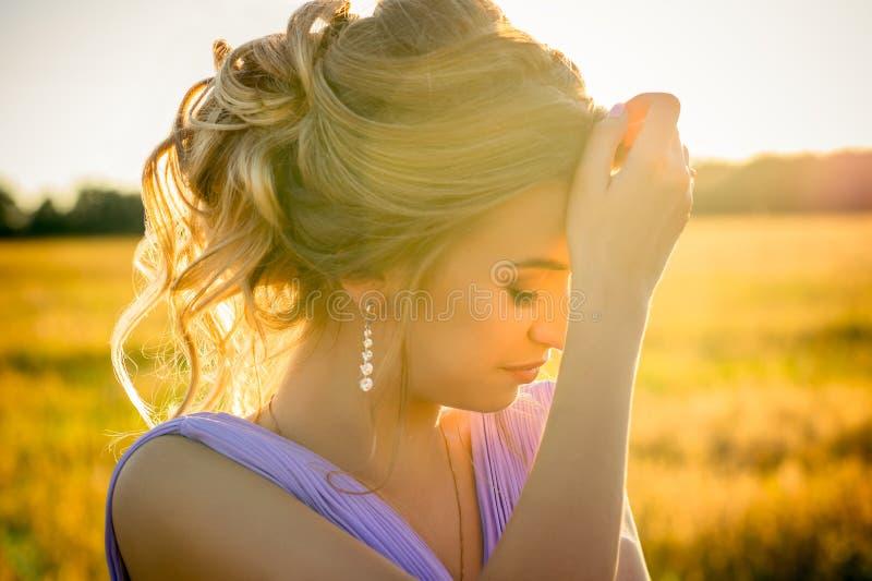 Красивая девушка элегантности на заходе солнца стоковое изображение