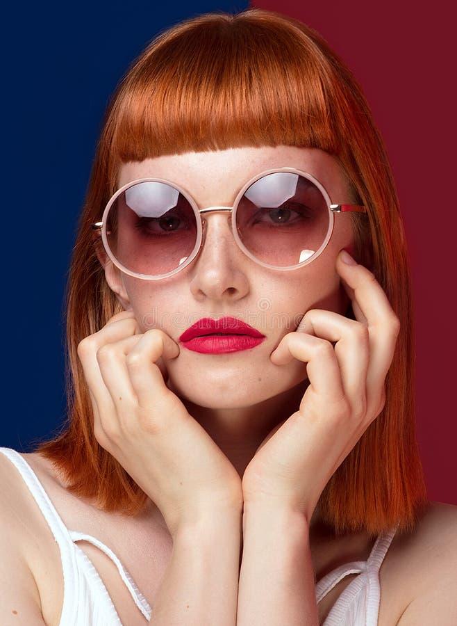 Красивая девушка redhead в солнечных очках стоковые фотографии rf