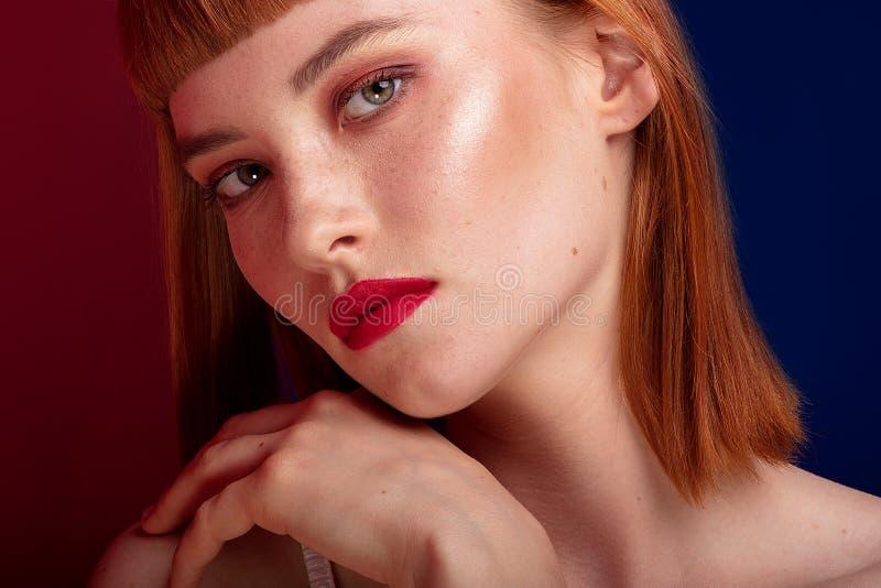 Красивая девушка redhead с составом очарования стоковое фото rf