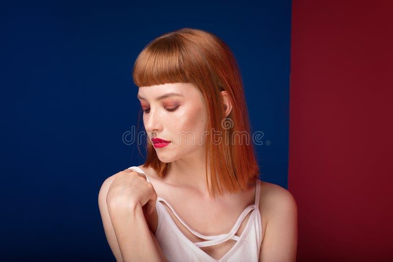 Красивая девушка redhead с составом очарования стоковые изображения rf