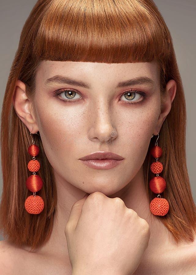 Красивая девушка redhead с составом очарования стоковое изображение rf