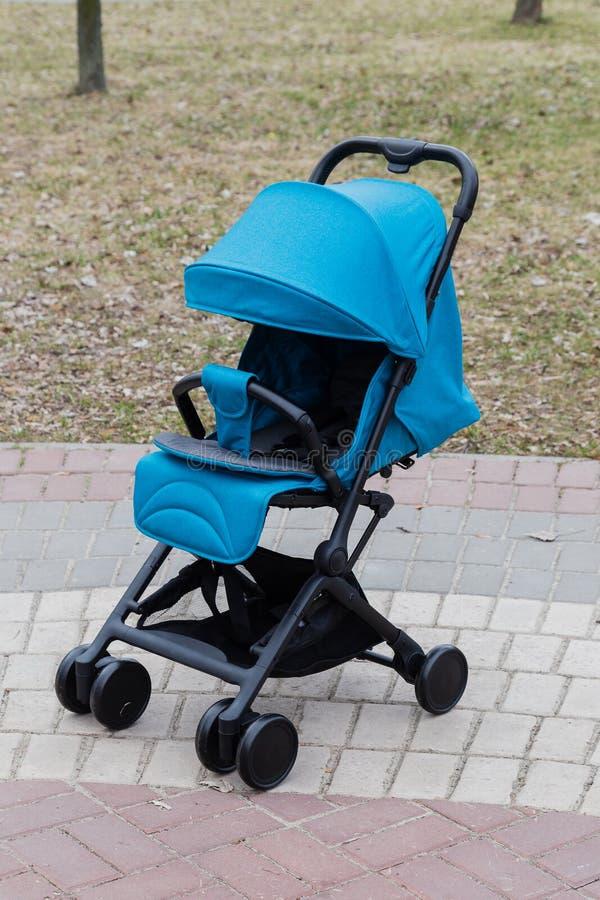 Красивая детская дорожная коляска в парке Новый дизайн стоковое изображение rf