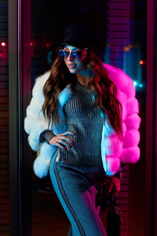 Красивая длинная с волосами женщина в крышке, солнечных очках и белом coa меха стоковые фотографии rf