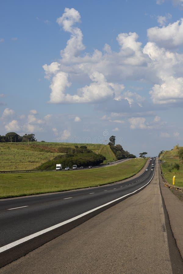 Красивая дорога в красивом солнечном дне стоковые фотографии rf