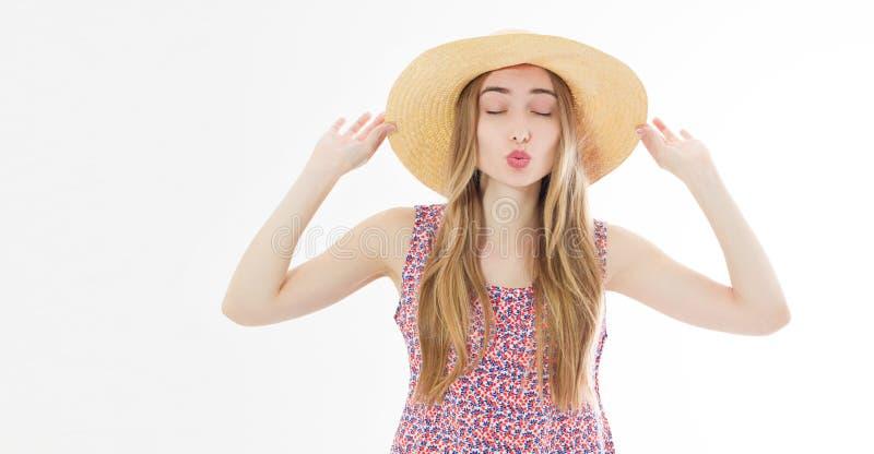 Красивая дружелюбная девушка в шляпе лета отправляя поцелуй с глазами стоковое изображение rf