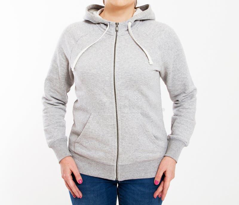 Красивая европейская средняя достигшая возраста женщина одетая в светлой - серая случайная с капюшоном куртка - съемке студии пер стоковая фотография