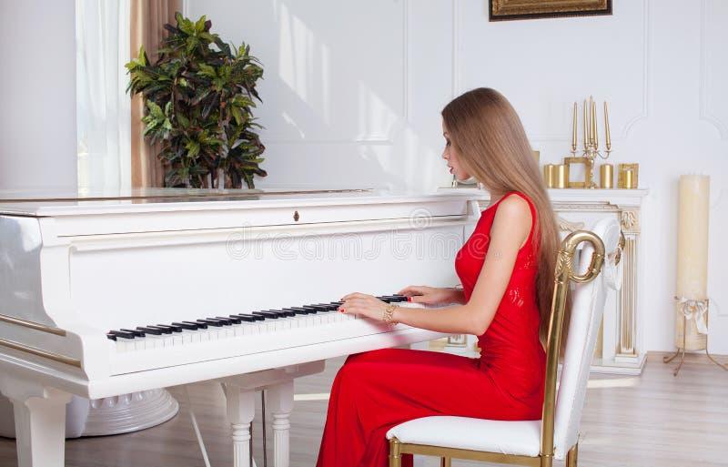 Красивая девушка брюнет в модном платье вечера губы красные красивейшие детеныши женщины студии съемки танцы пар стоковые изображения rf