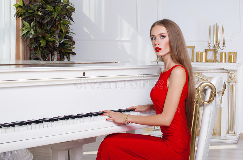 Красивая девушка брюнет в модном платье вечера губы красные красивейшие детеныши женщины студии съемки танцы пар стоковые фотографии rf