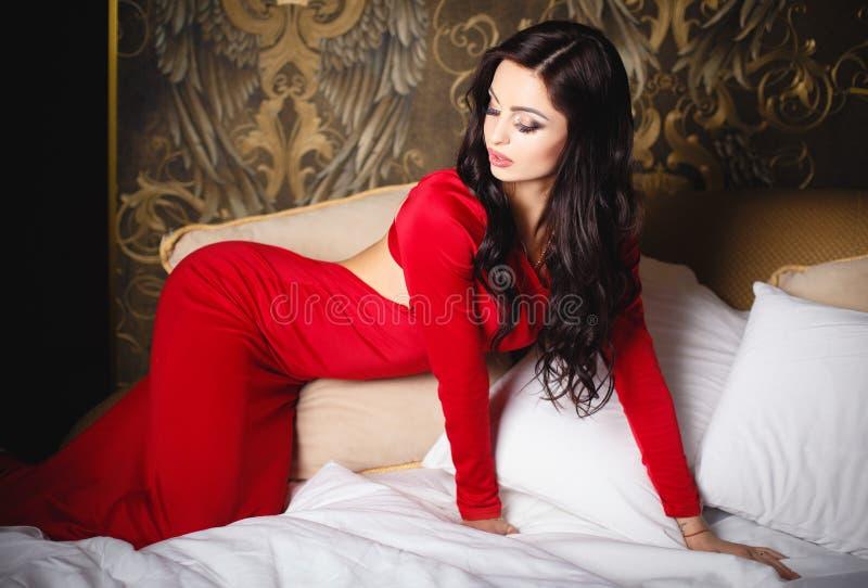 Красивая девушка брюнет в сексуальном коротком платье стоковая фотография