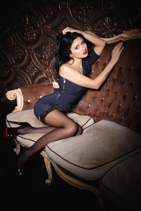Красивая девушка брюнет в сексуальном коротком платье стоковое фото rf