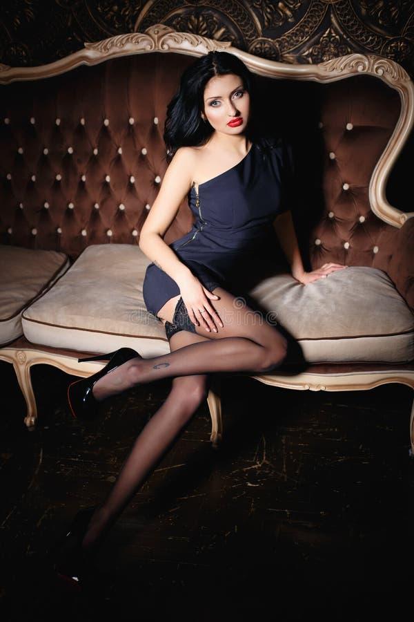 Красивая девушка брюнет в сексуальном коротком платье стоковое изображение