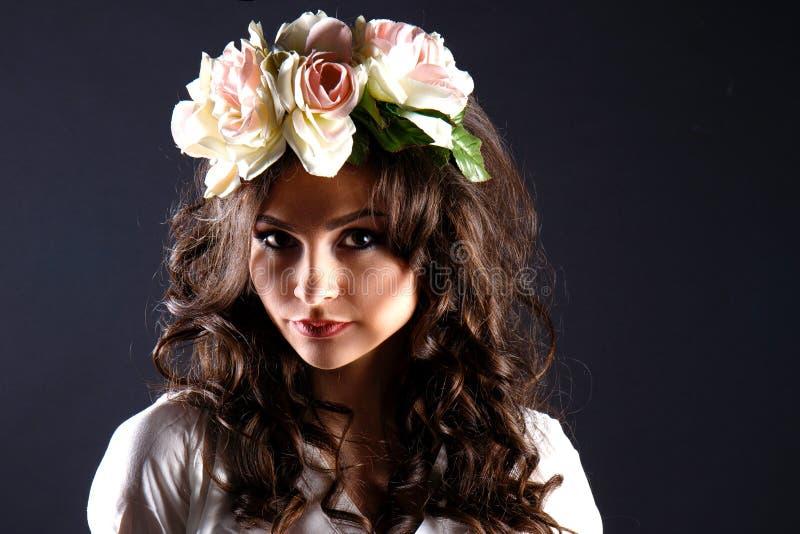 Красивая девушка, брюнет, классическая студия стоковые изображения