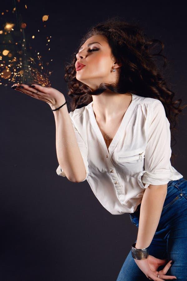 Красивая девушка, брюнет, классическая студия стоковое фото rf